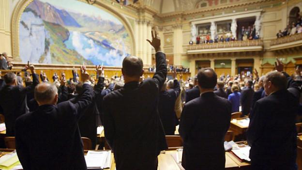 Symbolbild: Nicht alle erheben die Hand beim Schwur.