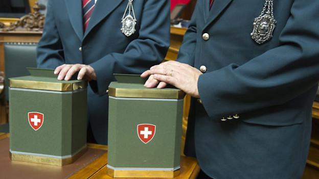 Alltagsuniform der Parlamentsweibel, erkennbar an der silbernen Medaille.