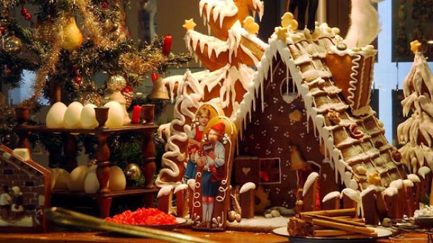 Ein Lebkuchenhaus mit weihnachtlicher Deko.
