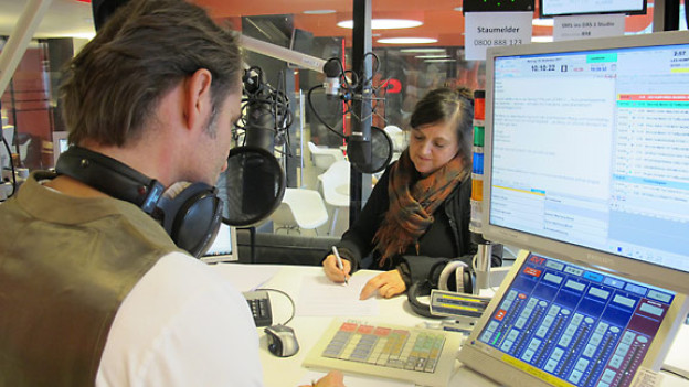 DRS 1-Moderator Thomy Scherrer und Schriftstellerin und Kinderbuchautorin Brigitte Schär im Studio.