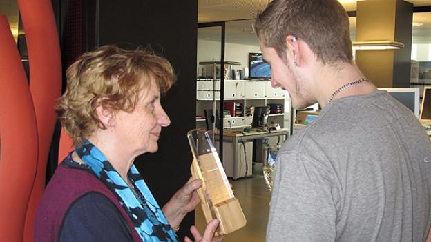 In aller Bescheidenheit und mit etwas Stolz präsentiert Verena Stauffer den Pokal «Helden des Alltags 2011» ihrem Enkel Michael.