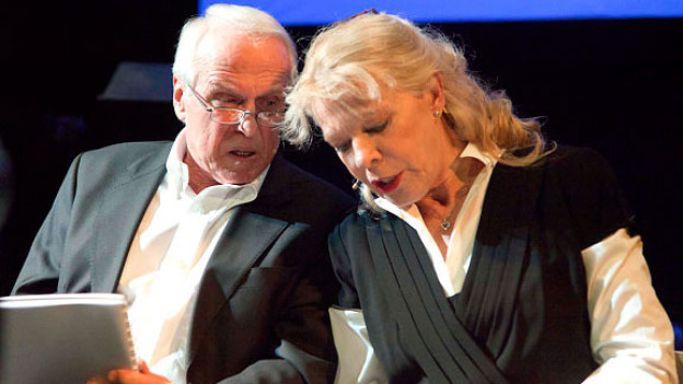 US-Präsident Barack Obama umgarnt Micheline Calmy-Rey. Walter Andreas Müller und Birgit Steinegger schlüpfen an einem Abend in 28 verschiedene Rollen.