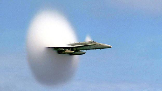 Ein McDonnell Douglas F/A-18 Hornet im Überschallflug mit Wolkenscheibeneffekt.