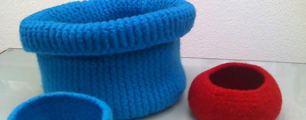 Bei den Schalen verwendet man spezielle Filzwolle. Drei Fäden werden gleichzeitig verstrickt und anschliessend in der Waschmaschine verfilzt. Der Vorteil dabei: Kleine Strickfehler verschwinden. Eine Technik, die sich für Anfänger besonders eignet.