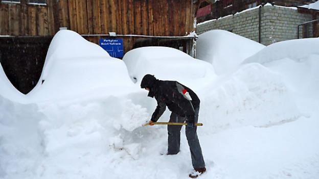 In Ulrichen im Obergoms liegt so viel Schnee, dass man keine Autos mehr sehen kann.