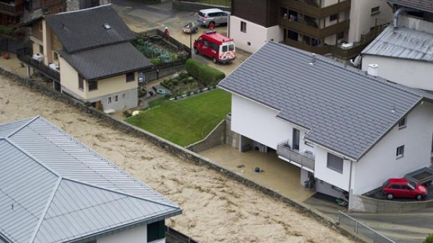 Hochwasser im Lötschental, die Lonza in Gampel-Steg tritt im Oktober 2011 über die Ufer.