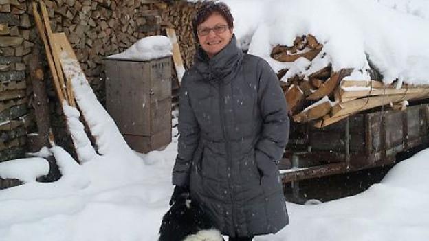 Annemarie Röllin vor dem wiederaufgebauten Stall.