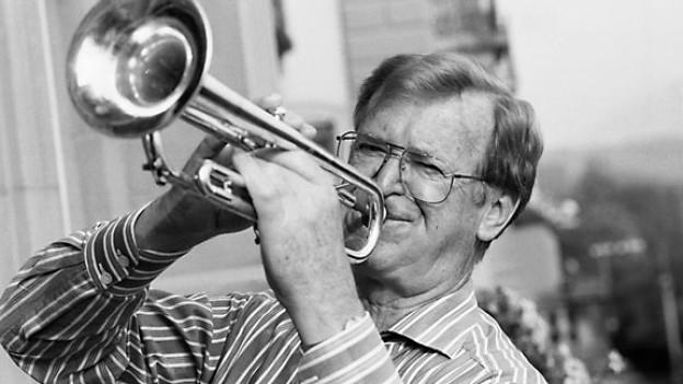Der Schweizer Musiker Hazy Osterwald posiert mit seiner Trompete. Aufgenommen im September 1993.