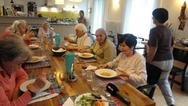 Mittagessen bei den Oasi-Bewohnerinnen