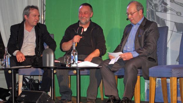 60 Jahre «Querschnitt»: Der heutige Macher Michael Luisier und der ehemalige Querschnittmacher Thomas Baer im Gespräch mit Peter Bollag (v.l.n.r)