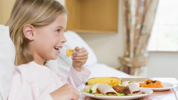 Bei Erkältungen und Grippe sollte man zu Lebensmitteln mit hohem Vitamin C-Gehalt greifen und weitgehendst auf ungesättigte Fettsäuren umsteigen.