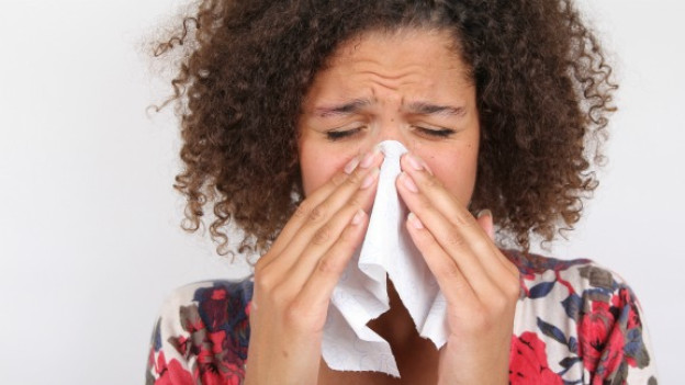 Schnupfen? Dies ist meistens der Anfang einer Erkältung.