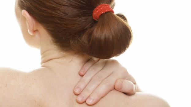 Wenn der Hals verspannt ist, hilft Wärme und Bewegung.