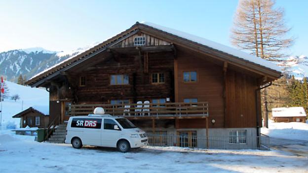 Der DRS 1-Reporterwagen vor dem Lagerhaus in Adelboden.