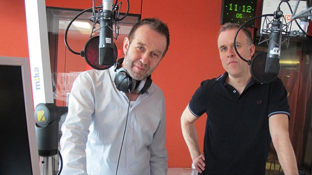 Der eine verschmitzt, der andere nachdenklich: Züri West-Sänger Kuno Lauener und -Gitarrist Küse Fehlmann im Studio von DRS 1.
