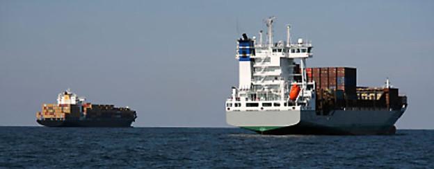 Frachtschiffe schwer beladen mit Container.