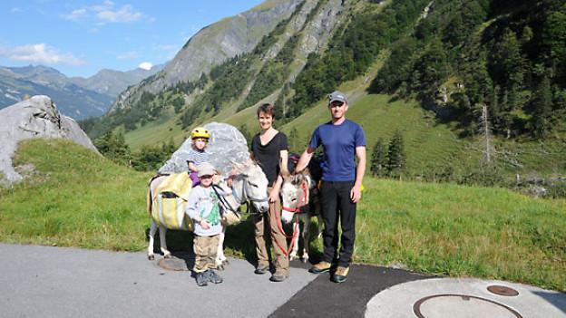 Myriam Schärz und ihre Familie beim Eseltrekking.