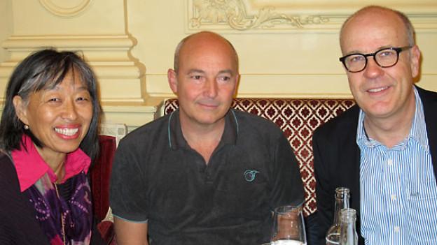 Pema Lobsang, Roger Nydegger und DRS 1-Gastgeber Daniel Hitzig.