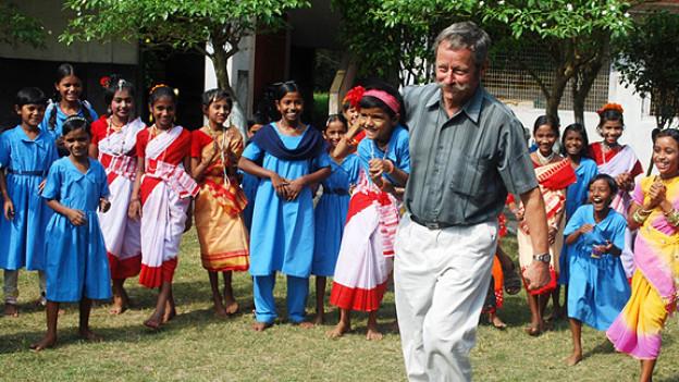 Kurt Bürki mit einer Gruppe von Mädchen, die vom Kinderhilfswerk Usthi unterstützt werden.