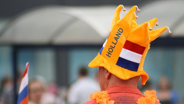 Anne Bärtschi erzählt auch vom Königinnentag, der in Holland jeweils am 30. April gefeiert wird. Ein echter Holländer bekennt an diesem Tag selbstverständlich Farbe.