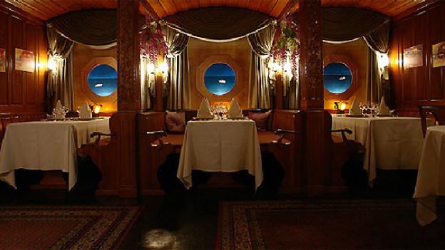 In diesem Speisesaal vom Restaurant Bahnhof in Aarberg wird das «letzte Dinner der Titanic» serviert.
