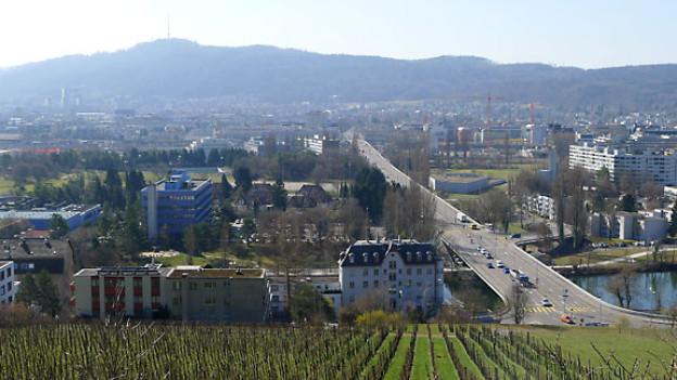 Blick über die Europabrücke gegen Altstetten und den Üetliberg.