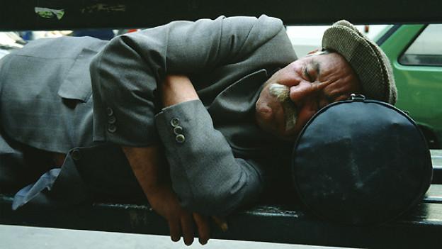 Ein Leben am Rande der Gesellschaft bietet als Schlafgelegenheit manchmal nur die Parkbank.