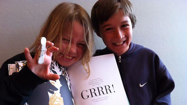 Joel und Lukas mit dem Buch «SMS-Märchen – Grimm & Co. in 160 Zeichen».