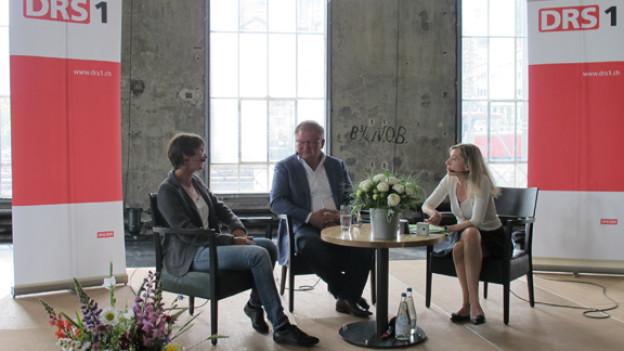 Heidi Kröni, Erich Weber und Gastgeberin Anita Richner im Gespräch.