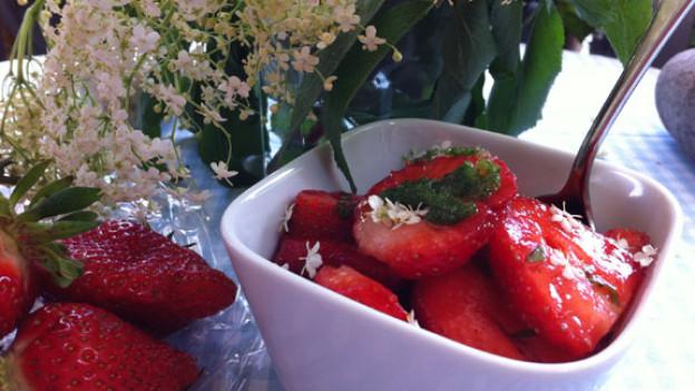 Erdbeeren mit Basilikum und Holunderblüten.