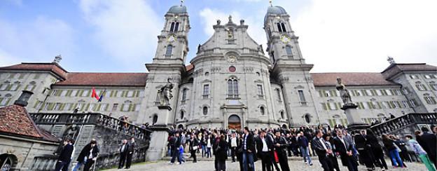 Grossandrang von Menschen vor der Kloster Kirche in Einsiedeln (SZ) am Karfreitag, 6. April 2012.