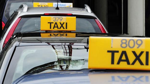 Taxis warten auf Kundschaft am Zürcher Hauptbahnhof.