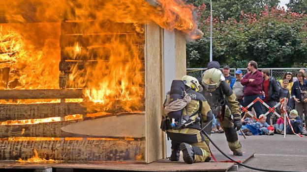 Live miterleben, wie ein Brand gelöscht wird.