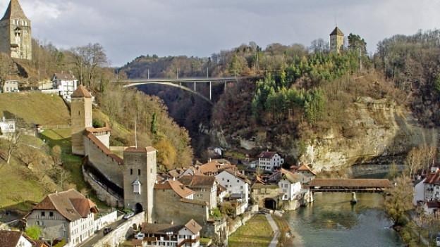 In der Deutschschweiz die Saane, in der Romandie La Sarine. Der Fluss, der durch Fribourg fliesst markiert auch die deutsch-französische Sprachgrenze oder den sogenannten «Röstigraben».