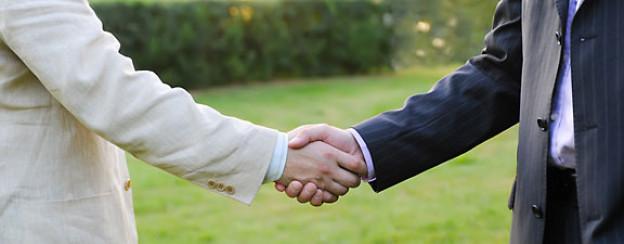 Bei einem Kompromiss verzichten beide Personen auf Teile der gestellten Forderung.