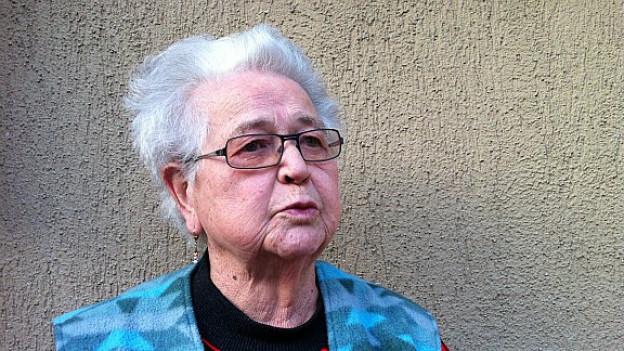 Marie Bernhard vor ihrem Haus