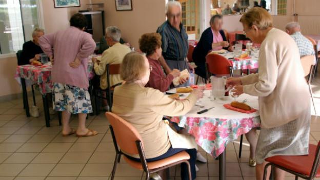 An den Altersnachmittag mit Milchkaffee und Kuchen trotz Laktose-Intoleranz