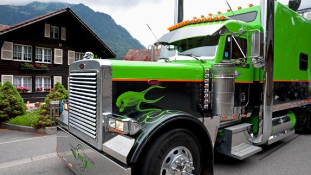 Ein US-Peterbilt-Truck in Matten bei Interlaken.