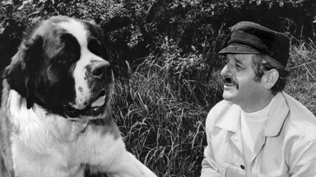 Walo Lüönd 1970 mit Bernhardiner in einer Szene des «Dällebach Kari».