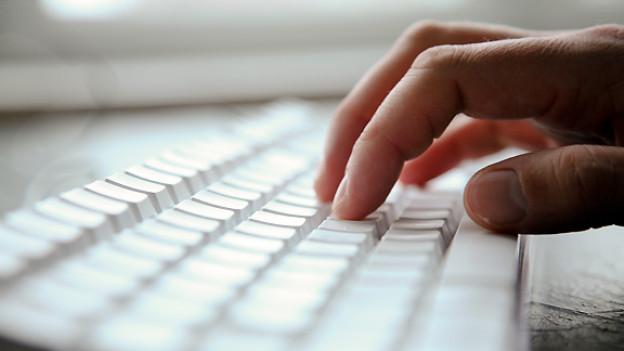 In Computertastaturen sammeln sich Staub, Brotkrumen und mehr an. Auf den Tasten lagert sich Schmutz und Fett ab. Schon aus hygiensichen Gründen empfiehlt sich eine regelmässige Reinigung.
