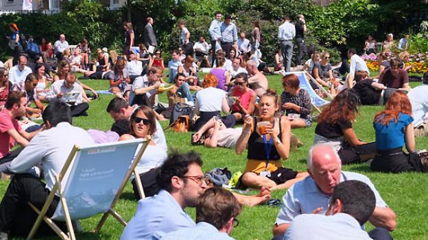 Die Engländer geniessen die Sommertage im Park.