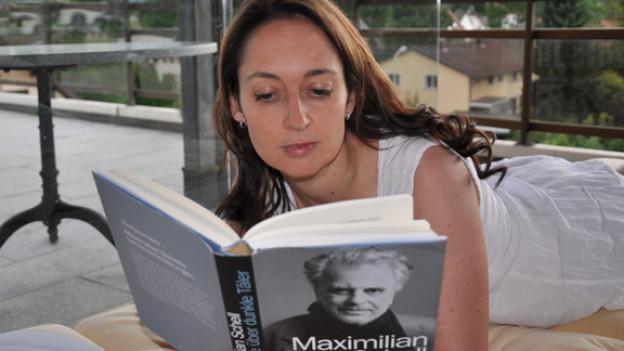 «Diese Geschichten sind stark, weil sie so persönlich sind», Britta Spichiger über «Ich fliege über dunkle Täler» von Maximilian Schell.