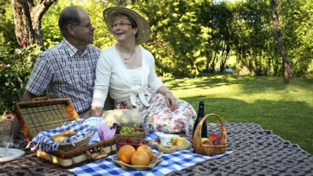 Das romantische Picknick mit Decke und Korb lässt vielen von uns das Herz höher schlagen.