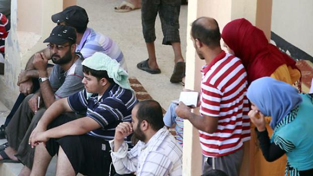 Syrische Flüchtlinge warten an der Landesgrenze, 230 Kilometer westlich von Baghdad, Juli 2012.