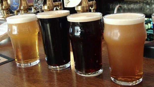 Direkt aus dem Fass: Vier Pints mit unterschiedlichem englischen Bier.