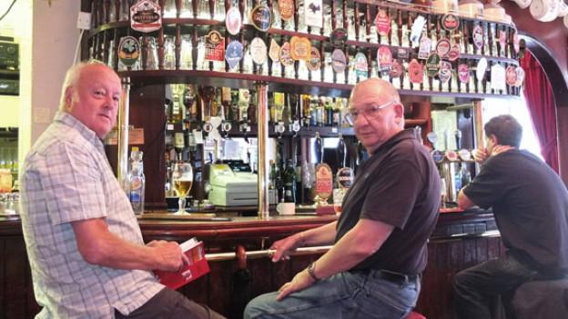Jim und Chris: Zwei pensionierte Stammgäste, die jeden Tag im Pub vorbei schauen.