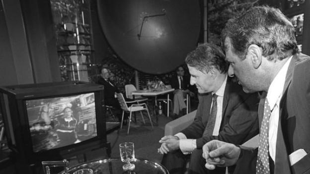 Claude Nicollier spricht im August 1992 in einer Direkt-Schaltung von der Raumfähre Atlantis aus mit Bundesrat Adolf Ogi (rechts), und ESA-Präsident Jean-Marie Lubon (links), im Verkehrshaus Luzern. Adolf Ogis erste Worte waren: «Freude herrscht»!