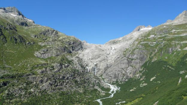 Aufnahme von der Furkapassstrasse auf die Steilhöhe, die der Rhonegletscher in den letzten fünf Jahren verlassen hat. Dahinter bildet sich der neue Gletschersee.