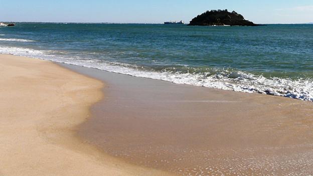 Trockener Sand ist hell, nasser Sand dunkel.