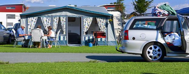 Das Hauszelt ist in verschiedene Räume bzw. Schlafkabinen unterteilt und bietet viel Platz.